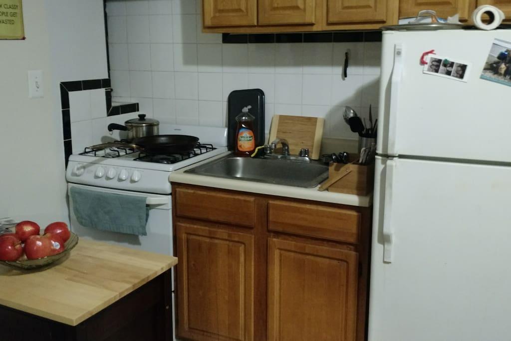 Couch in studio apartment in astoria wohnungen zur miete for Aki kitchen cabinets astoria ny