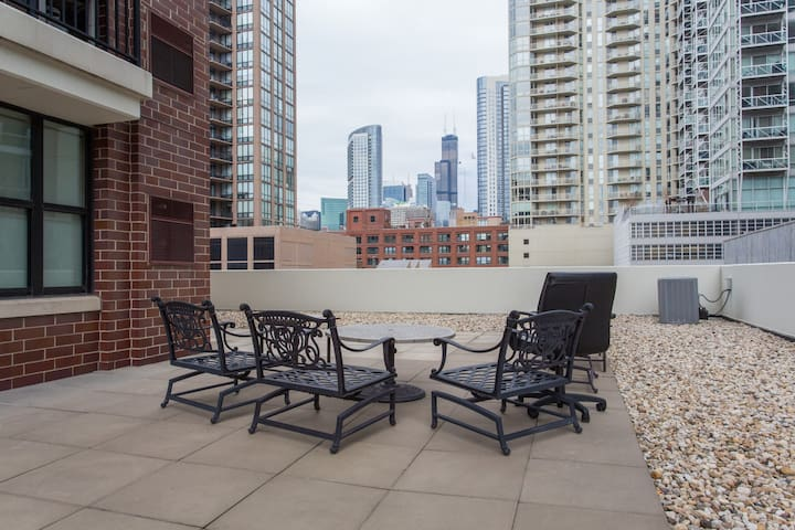Quiet River North Haven w/ Terrace; Prime Location - Chicago - Appartement en résidence