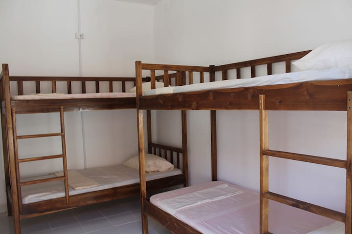 Dili Central Backpackers Single Bed in A/Con Dorm - Díli - Kollégium