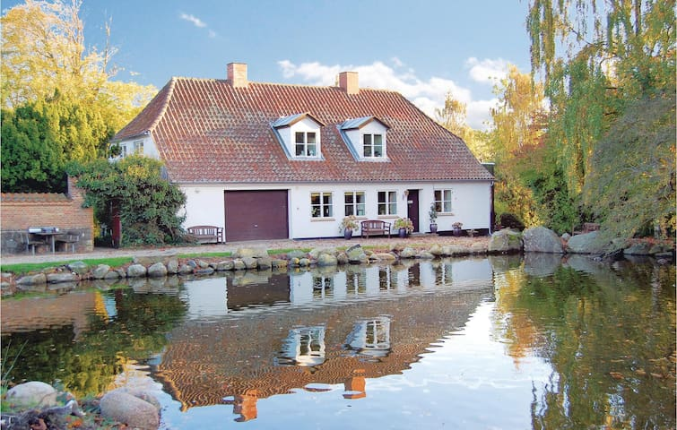 Former farm house with 4 bedrooms on 210m² in Sydals