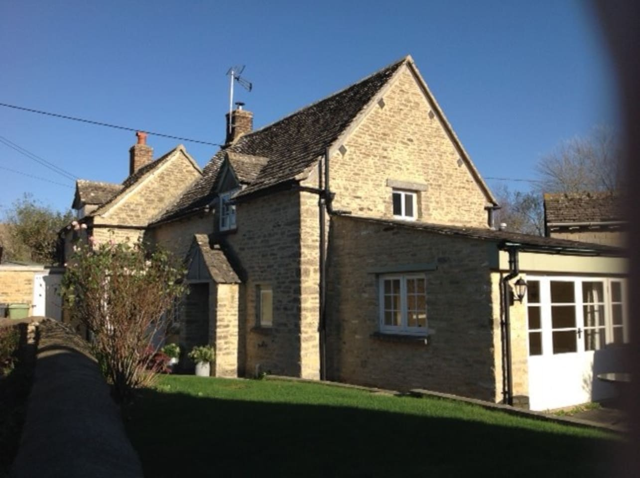 Grove house is a grade 2 listed, 2 bedroom detached cottage.