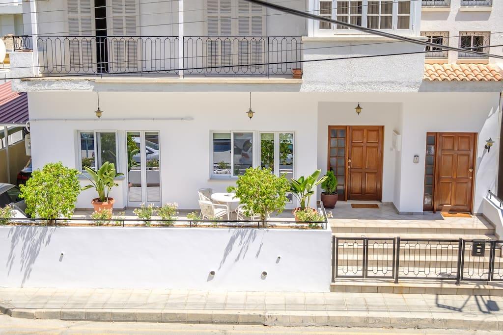 The Seashell House: Ground Floor Renovated House by Finikoudes Beach & Larnaca City Center