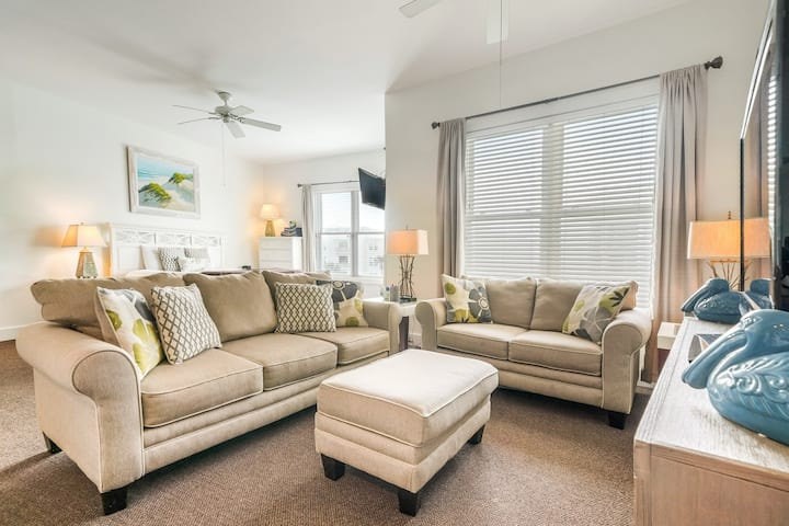 Cozy studio close to the beach w/ shared pool & tennis courts - shopping nearby!