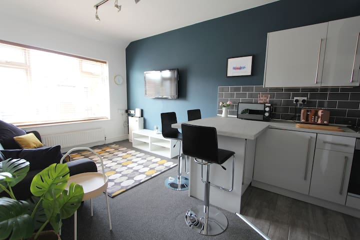 Newly refurbished Apt. near Penny Lane, sleeps 8