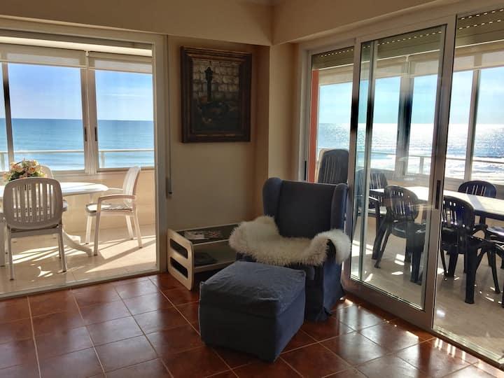 Spacious beachfront apartment w/spectacular view