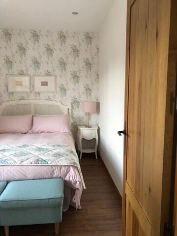 Habitación exterior con cama de 1,50. Ropa de cama de primera calidad