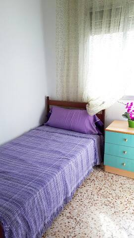 Bright single room  next to Renfe