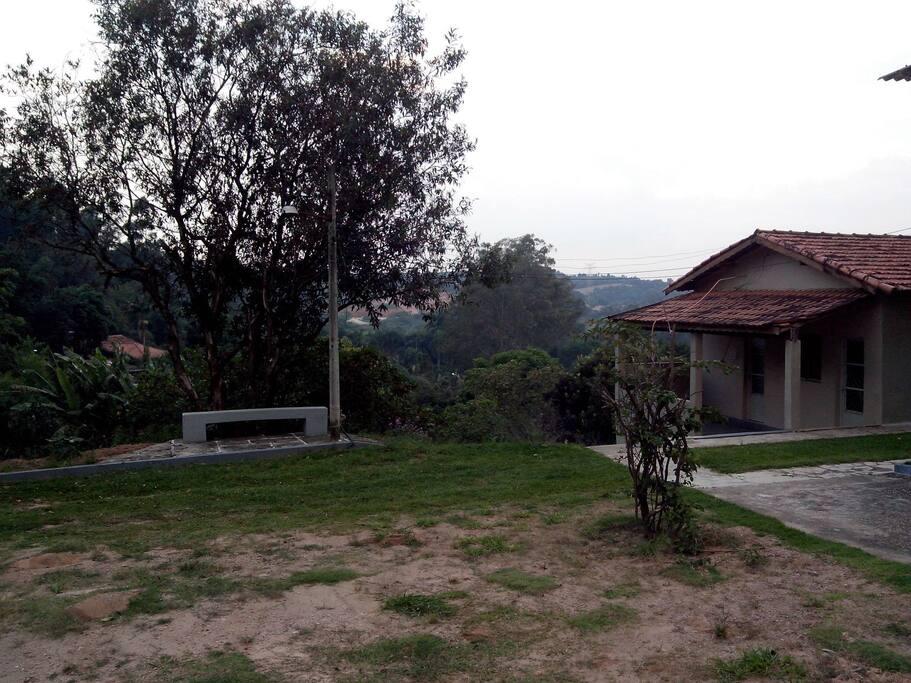 área de convivência entre a piscina, casa e churrasqueira