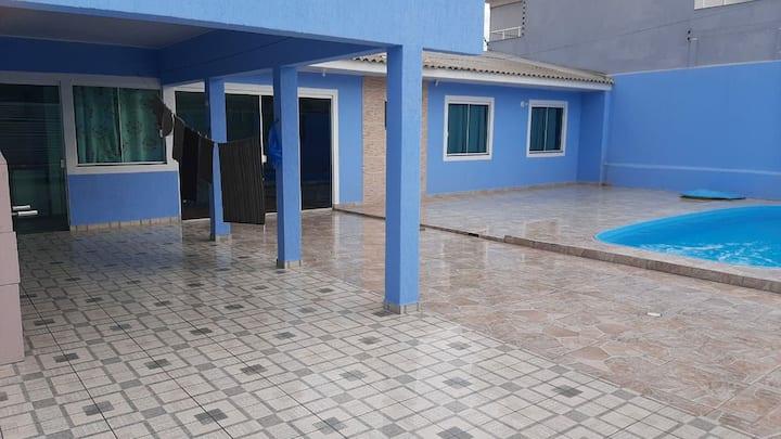 Casa com piscina 50 mts do mar - Bal Albatroz