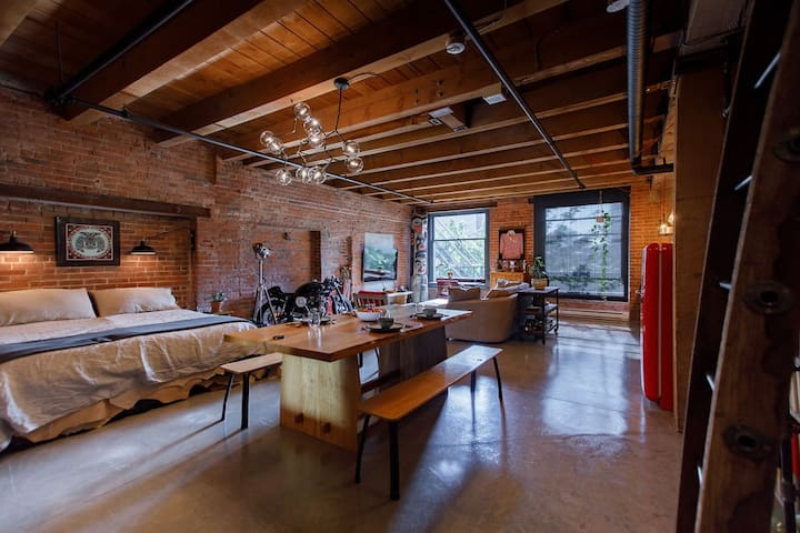 Gastown Exposed Brick Loft With Secure Parking
