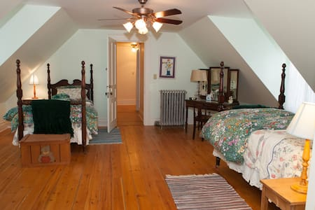 Bed, bath and breakfast in historic mining home - Rockland - Σπίτι
