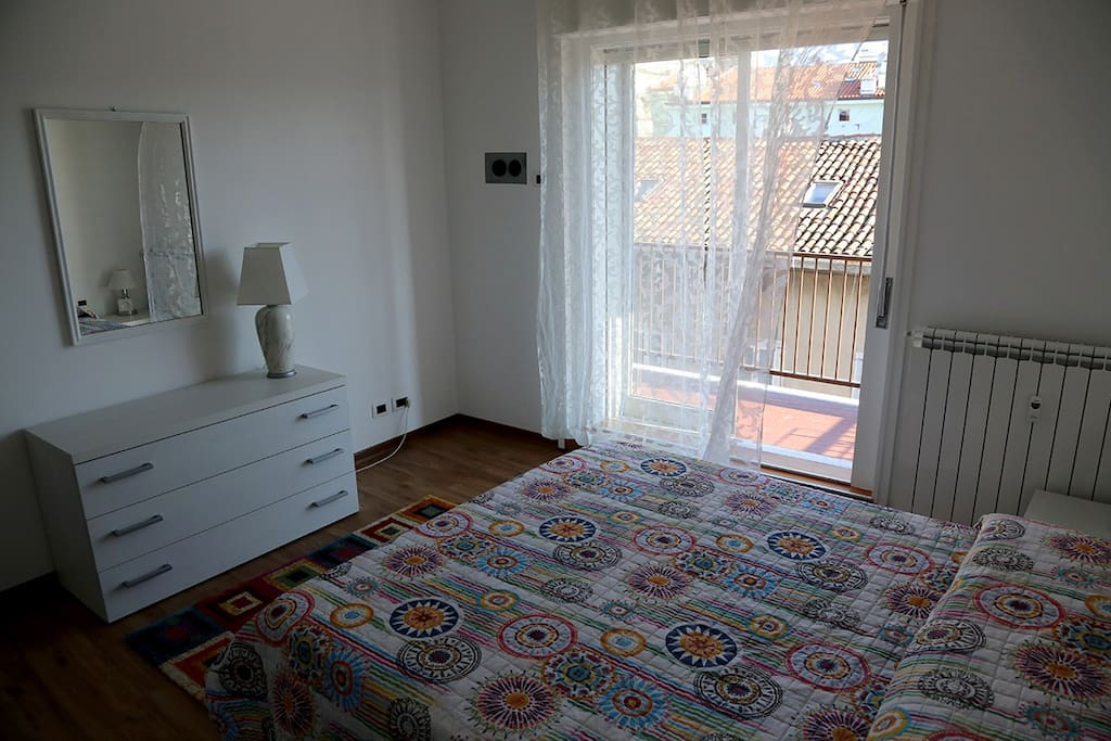 Main bedroom with terrace/ camera da letto principale con terrazzo