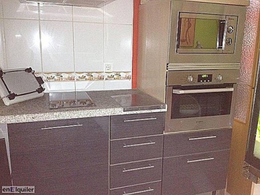 Cocina totalmente equipada. Lavadora secadora bajo la vitro cerámica