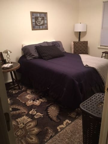 A Bedroom In A Worth Street Townhome - Mount Airy - Townhouse