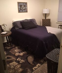 A Bedroom In A Worth Street Townhome - Mount Airy - Reihenhaus