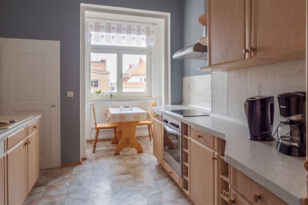 Küche mit Geschirrspüler, Kühlkombi, Herd und Sitzecke der Ferienwohnung Krebs IV