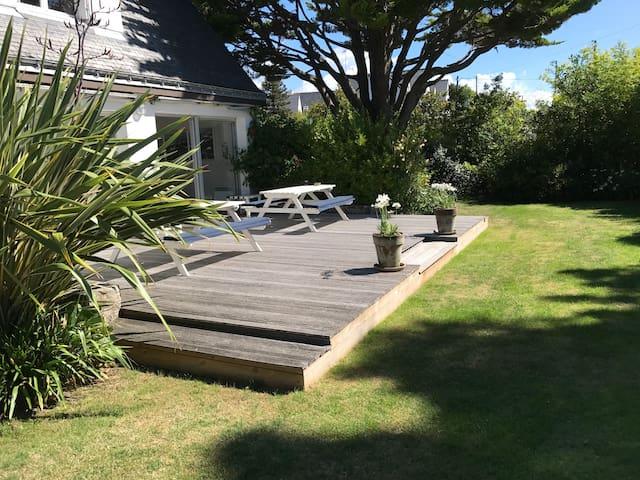 Jardin clos de derriere et son deck en bois