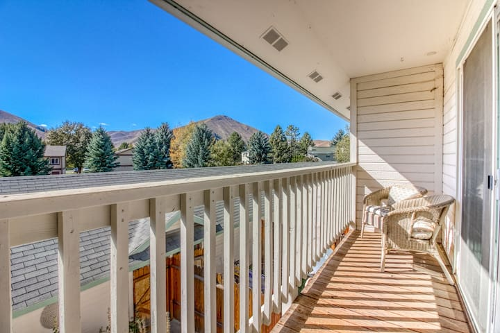 Mountain view townhome w/ patio, kitchen & garage - 2 miles from Hailey