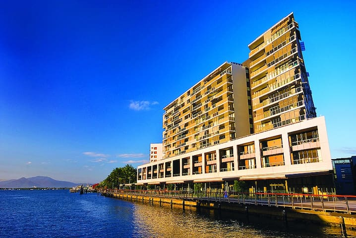 Luxury waterfront hotel studio unit at the Marina - Cairns City - Byt