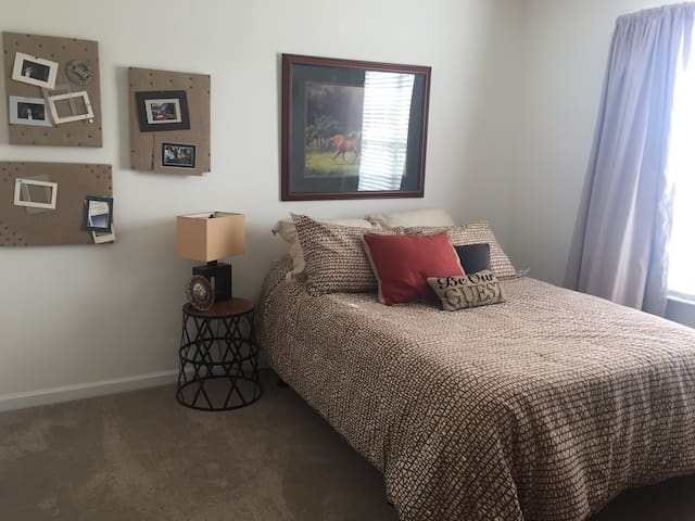 Brand New Comfortable Secluded Private Room - Indianapolis
