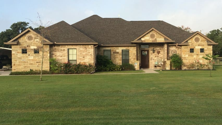 3 bedroom 2 bath on 1 acre less than 15 mins from TAMU