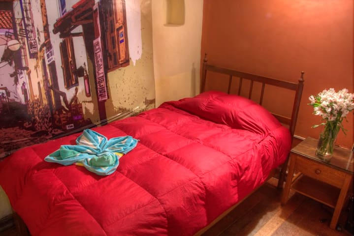 Simple Bed with private bathroom-Habitación simple - Cusco - Bed & Breakfast