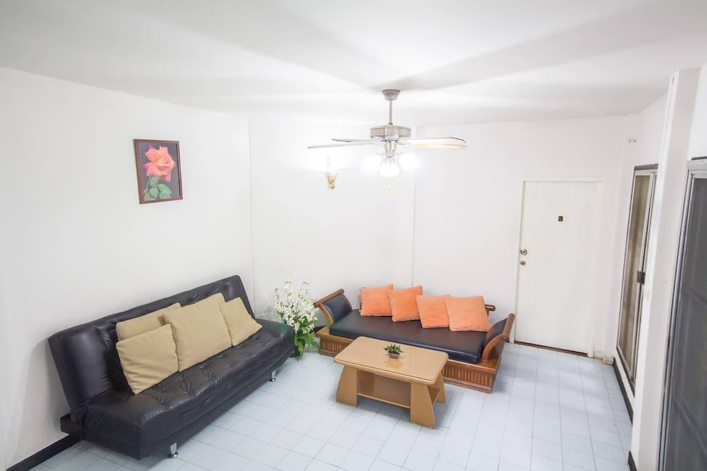 ในบ้านพัก มีโซฟา เหมาะแก่การนั่งเล่นดูทีวี อ่านหนังสือ และนั่งรับลมทะเล แบบสบายๆ ผ่อนคลายได้ภายในบ้านพักส่วนตัว โทร.0815587688(คุณมด)