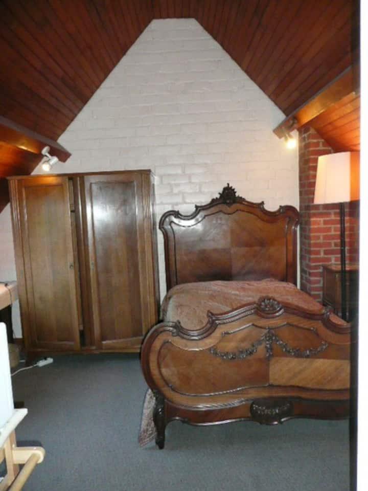 Chambre 2è étage, meublée, à 2 mns du tram