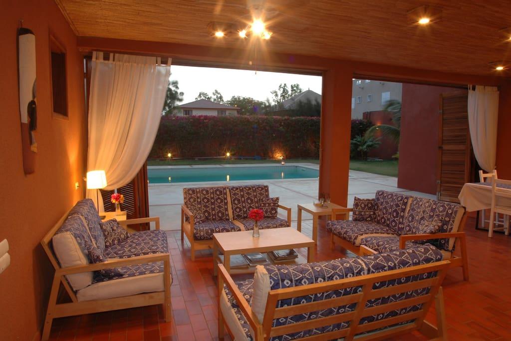 La terrasse couverte possède un salon et une salle à manger