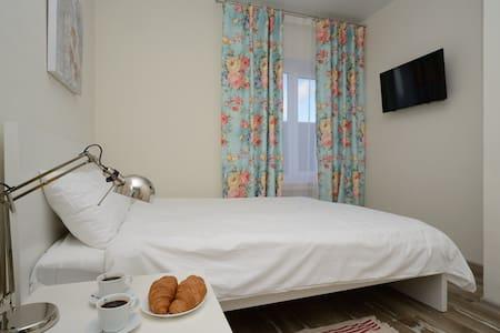 Вы можете выбрать номер с одной двухспальной кроватью, либо номер с двумя односпальными кроватями, о своем решении нужно будет уведомить Администратора.