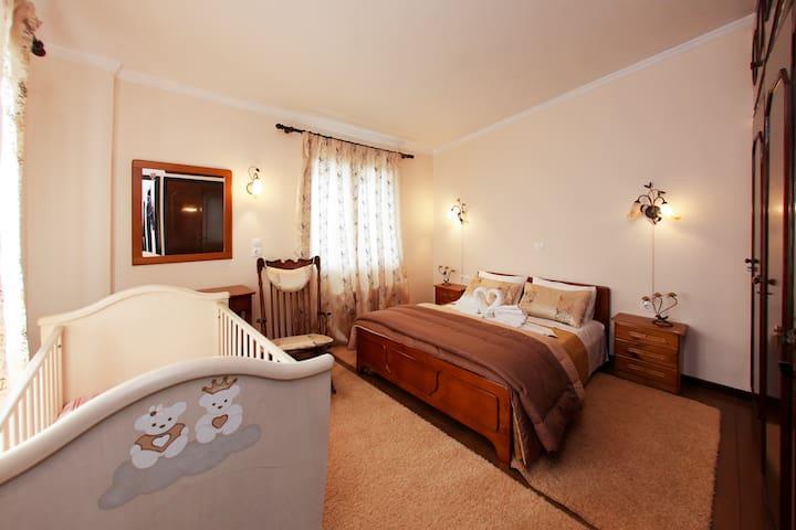 Υπνοδωμάτιο Βίλλας με διπλό κρεβάτι και κούνια