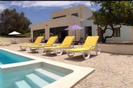 Modern open plan villa with pool - ลูเล