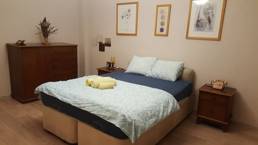 Centre of Kadikoy-Moda, private room in cosy flat