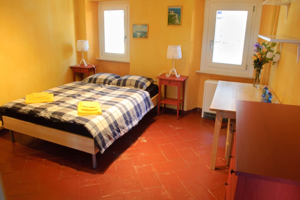 Chambre jaune chambres d 39 h tes louer astano tessin for Chambre d hote suisse