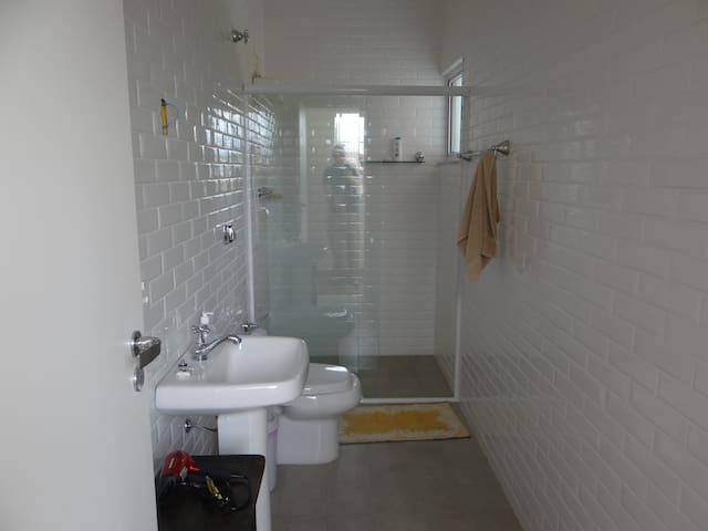 Banheiro entre Quarto de Casal do meio e Quarto com duas camas de casal