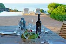 pranzo bordo piscina vista mare