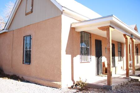 Spacious and Retro Private Adobe Apartment - Albuquerque - Departamento