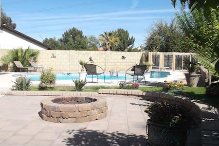 Poolside Oasis Just Outside Phoenix - 格伦代尔 - 独立屋