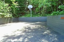 3/4 car driveway with basketball net