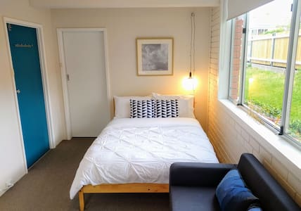 Cosy, Clean & Central - 1 BR Studio - West Hobart