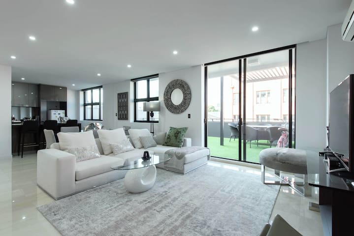CBD penthouse: large bedroom with private balcony - Ultimo - Apartment
