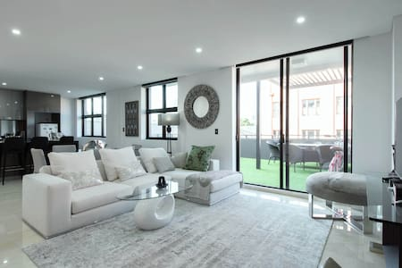CBD penthouse: large bedroom with private balcony - Ultimo - Квартира