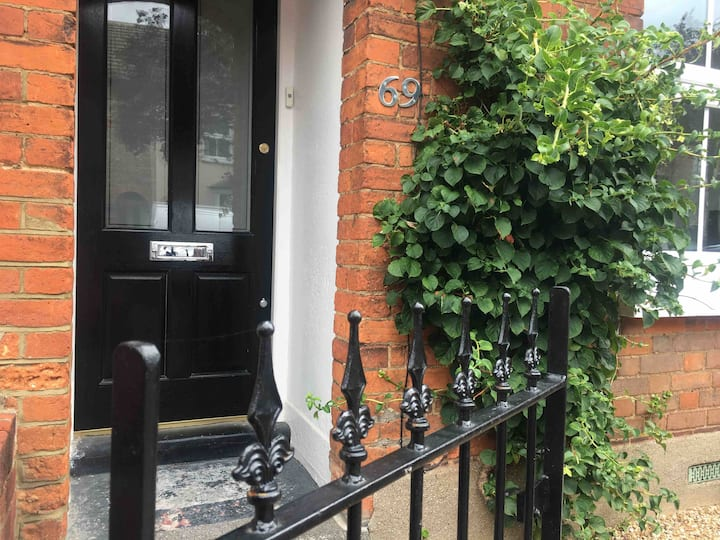 Spacious double room in stylish Victorian house