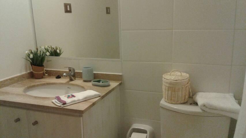 baño (ambos baños son prácticamente iguales y ambos tienen tina).