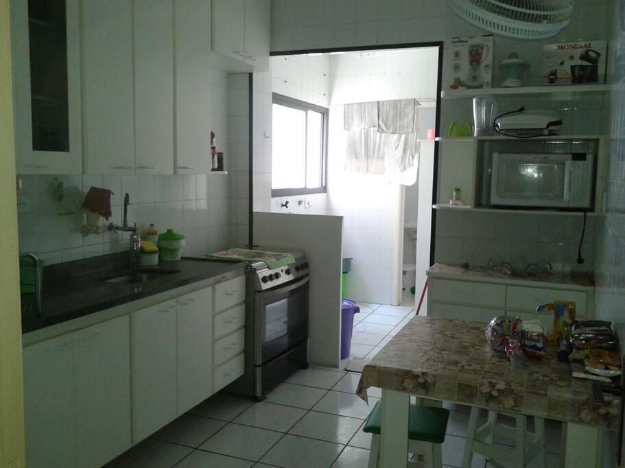 Cozinha e lavanderia, microondas, geladeira, fogao, ventilador