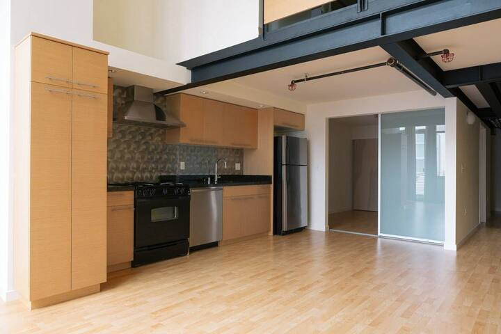 Great furnished room  Soma, 2 blocks from Caltrain