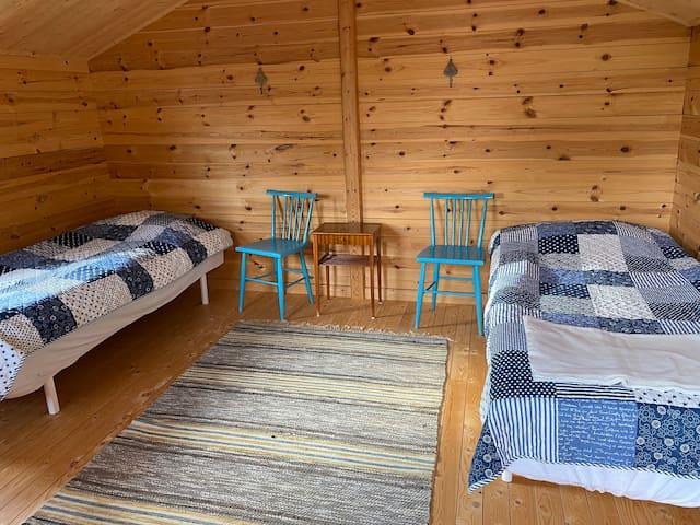 2 sängplatser i friggeboden i tredje stugan.