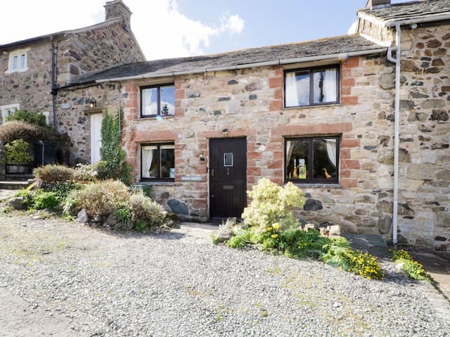 BARN ROOST, pet friendly, with open fire in Ireby , Ref 972275