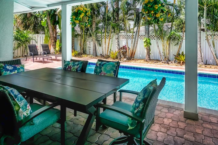 Lighthouse Place: Comfy Single Family Pool Home