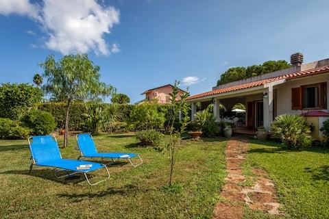Comfortable 3 bedroom villa 50 metres from the sea